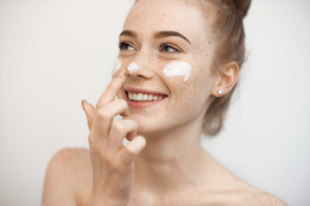 Nawilżający krem do twarzy – czy ma wpływ na elastyczność skóry - kobbieciarnia