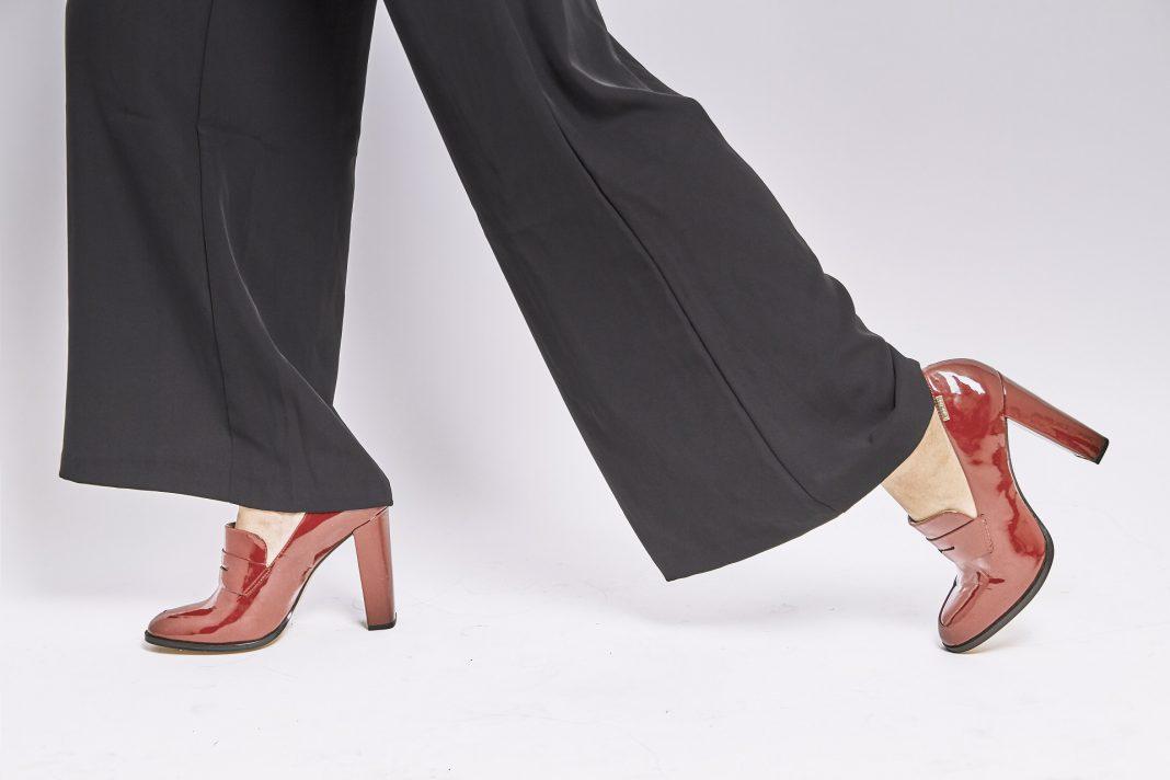 Czerwone buty - wyrazisty dodatek do modnych kreacji - kobbieciarnia