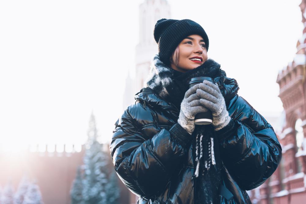 Kurtki zimowe damskie na zimę 2021/2022 – te fasony zdominowały trendy Trendy na zimę 2021/2022 to połączenie elegancji z miejskim szykiem. Projektanci proponują nam nie tylko klasyczne, wełniane płaszcze, ale też praktyczne i stylowe kurtki zimowe. Damskie modele, które będą modne w zbliżającym się sezonie to przede wszystkim puchówki. Ciepłe okrycia wierzchnie z puchowym wypełnieniem zdecydowanie wiodą prym wśród propozycji sieciówek, marek sportowych czy premium. Do wyboru mamy nie tylko krótkie kurtki puchowe typu puffer, ale też dłuższe, przeskalowane kroje oversize, którymi można otulić się w mroźne dni. Alternatywa? Kożuchy typu biker, sztuczne futerka i płaszcze typu teddy. Są miękkie, ciepłe i świetnie sprawdzą się zarówno w casualowych, jak i bardziej eleganckich stylizacjach. Wciąż na topie są również parki – dłuższe kurtki zimowe damskie z kapturem obszytym futerkiem i troczkami w pasie. To praktyczne rozwiązanie zda egzamin przy naprawdę niskich temperaturach, opadach deszczu czy śniegu. Modne kolory kurtek zimowych – od klasyki po ekstrawagancję W przeciwieństwie do modnych fasonów, kolory okryć wierzchnich na zimę 2021/2022 mogą zaskoczyć. Co prawda, wciąż możemy wybierać z szerokiej gamy uniwersalnych beżów – od ecru, przez cappuccino, aż po ciemniejszy, wpadający w brąz camel, ale w trendach pojawiły się również kurtki zimowe damskie w neonowych i pastelowych odcieniach. Doskonałym wyborem w tym sezonie będzie czerwona lub zielona puchówka, która ożywi każdą stylizację, nawet czarny total look. Fankom subtelniejszych kolorów do gustu przypadną z kolei zimowe kurtki puchowe w pudrowym różu, gołębim błękicie, cytrynowej żółci czy pistacjowej zieleni. Te modele odnajdą się doskonale w jasnych zestawach bazujących na ubraniach w bieli, kremach czy beżowych tonach. Wolisz kurtki w ciemniejszych kolorach? W najnowszych kolekcjach nie mogło zabraknąć okryć wierzchnich w czerni, czekoladowym brązie czy wojskowej zieleni khaki. Jaką kurtkę zimową wybrać? Dop